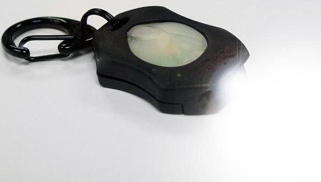 いつでもどこでも携帯できる最少で最も明るいフラッシュライト 米国製